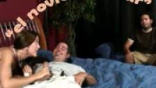 Gran escena de una tia comiendo polla delante del novio