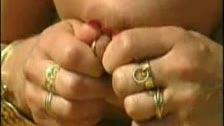 Mujer pechugona con grandes piercings en los pezones