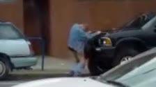 Hombre borracho se folla a un coche de la marca Toyota