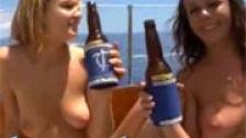 Ubriachezza e festa sul ponte di uno yacht