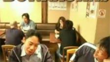 Hanno messo una mano a tutti in un bar giapponese ubriaco