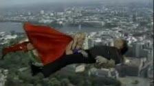 Superwoman chupando una polla mientras vuela