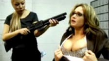 Atraco a mano armada en el banco por varias lesbianas que fuerzan a la directora Tory Lane