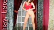 Shay Laren bailando y haciendo un striptease en el escenario