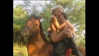 Follando lentamente sobre un caballo