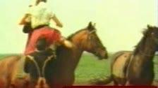 Follando a todo galope sobre el caballo
