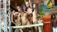 Orgia in una festa tropicale in un locale notturno in Spagna
