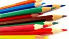 Femme jouant avec ses crayons de couleur fils