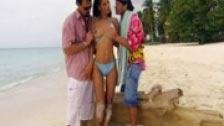 La preciosa Angel Dark haciendo el amor con dos hombres en la playa