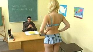 Kagney Linn Karter castigada por liarla en clase