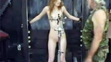 Una chica torturada con pinzas en el chocho y en los pezones