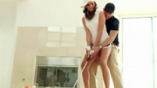 Tori Black aprendiendo a jugar al golf en un piso