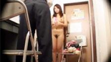 Un japonés voyeur abusa de una chica