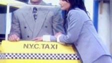 La conductora voyeur de un taxi ve follar a sus pasajeros
