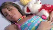 Mientras duerme con su osito de peluche la meten mano