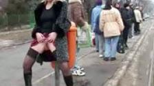Chicas desvergonzadas meando en público