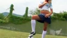 Sophie Moone masturbando na grama campo de futebol