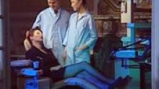 El dentista y su enfermera follándose a una paciente