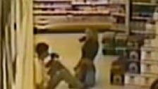 Film di telecamere di sicurezza di un cazzo di coppia in un supermercato