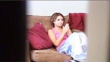 Attraente bruna è registrato con telecamera nascosta si masturba