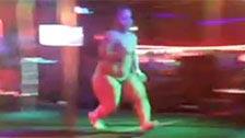 Stripper enana se pega un ostión saltando desde un escenario