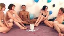 Giochi erotici e porno durante una festa