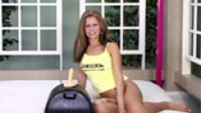Guapa mujer jugando con la sillita vibradora Sybian