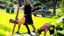 Professeur passe une blague sur le nouvel élève des classes de yoga