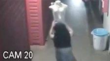 Thief cascandosela avec un mannequin est pris par des caméras