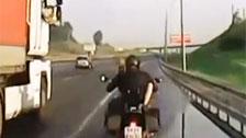 Motards Couple baise tout en voyageant sur l\'autoroute