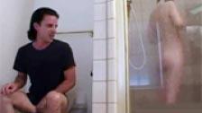 Rusa follando a cuatro patas por el culo al salir de la ducha