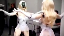 Bizarre chorégraphie d\'un robot de décapant faire un tour de danse