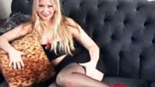 Blonde écarte ses jambes pour vous donner une paille
