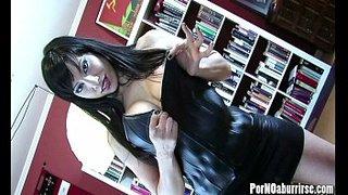 O Gigi Espanhol Amor fazendo um striptease