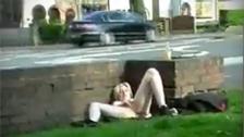 Un masturber blonds côté d\'une route en plein jour