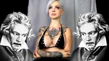 A modelo Sara X move seus belos seios de silicone no ritmo de Mozart