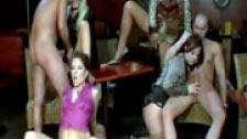 Ubriaco cazzo è vestita in un orgia in discoteca