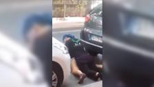 Couple qui baise entre deux voitures en plein jour