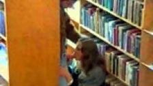Tres hombres follándose a una francesa en la biblioteca pública
