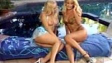 Lésbico junto a la piscina entre Zora Banks y Jana Cova