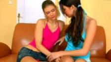 Piękne lesbijki na kanapie enrrollándose warkoczykami
