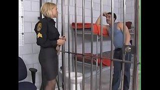 La policía Krissy Lynn pajeando a un preso con los pies