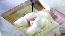 Obligan a un robot de ebanistería a hacer un coño de madera