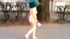 Mujer desnuda con un balde en la cabeza y una macheta anda suelta