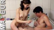 Pareja amateur follando en la bañera