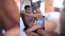 Couple amateur qui baise dans un bus public à la vue de tous