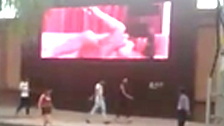 Uma cena pornô é transmitida em um telão na China depois de ser hackeada