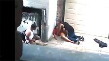 Un couple défoncé baise au milieu de la rue tout en étant observé