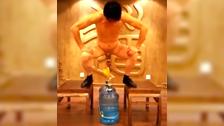 Un japonais soulève deux bouteilles d\'eau avec ses testicules