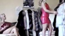 Lesbianas con mucho glamour probándose abrigos de piel
